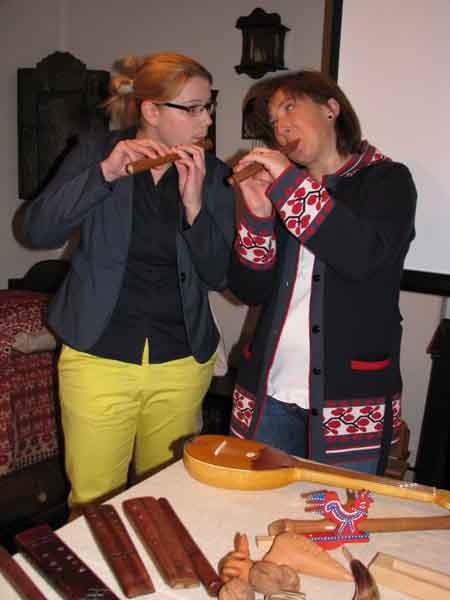 2 Lana i Romana sviraju jedinke ili frulice