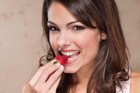 zena jede jagodu