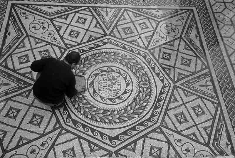 POREČ Eufrazijeva bazilika popravak mozaika u Maurovu oratoriju snimio Vinko Malinarić 1968
