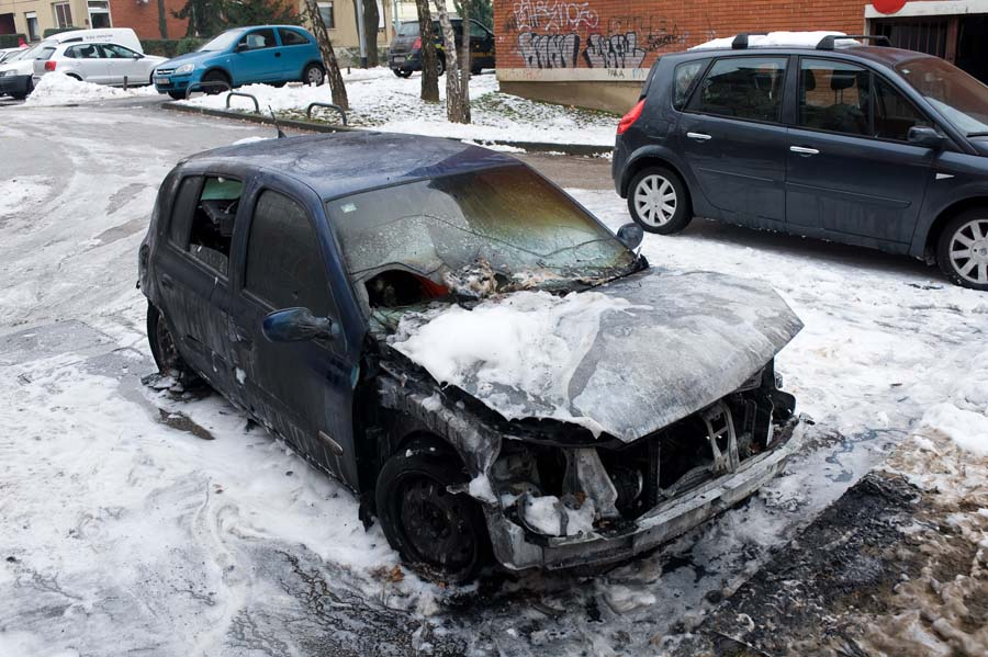 Renault Clio izgorio u požaru na zagrebačkoj Trešnjevci
