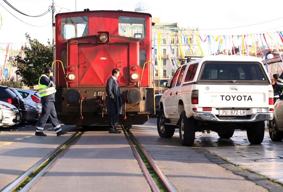 Rijeka – parkirani auto onemogućio prolazak vlaka