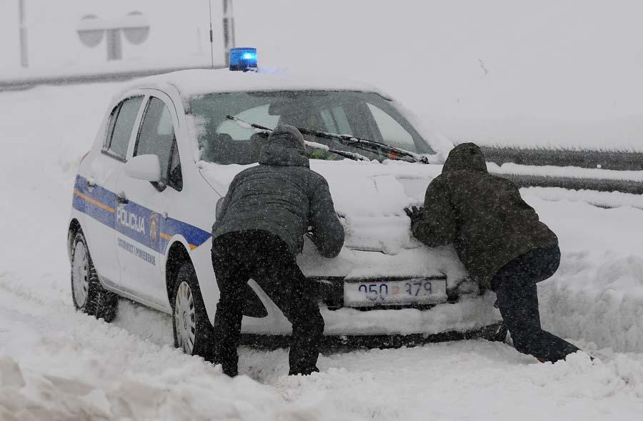 I karlovačka policija zapela u snijegu
