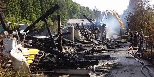 Izgorjela hala u Delnicama, obližnji objekti spašeni