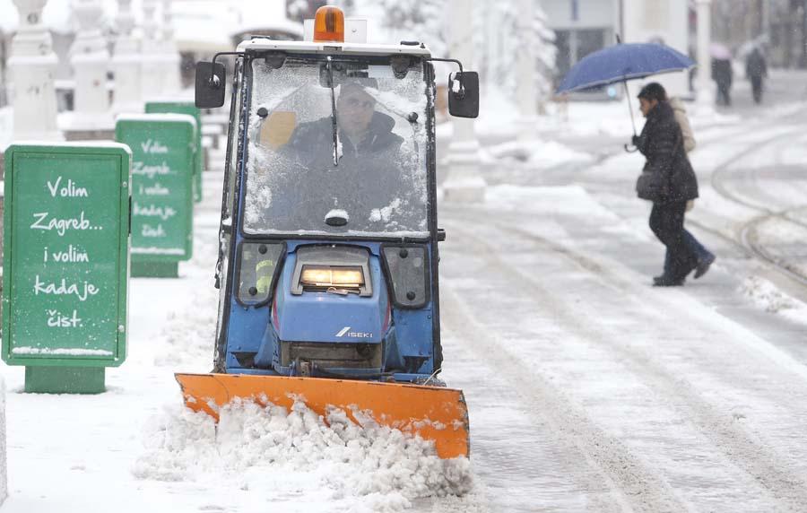 Svih 235 ekipa Zimske službe čiste snijeg