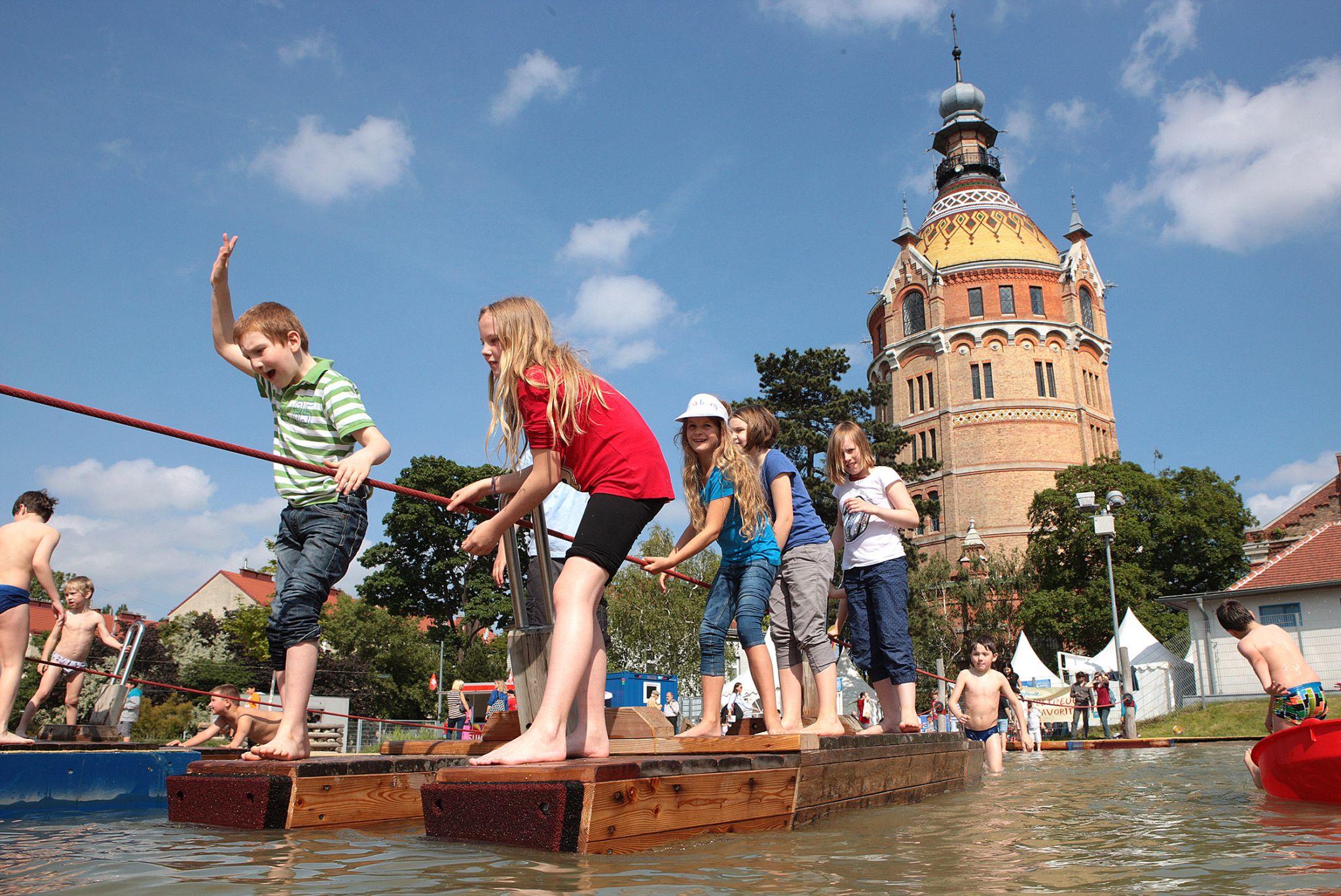 Bečka djeca uživaju u ljetnim radostima na devet vodenih igrališta