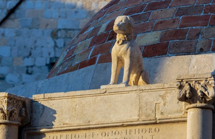 Kučak vraćen na vrh Onofrijeve fontane