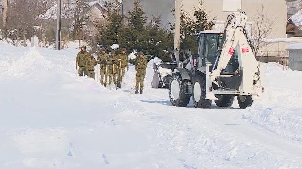 U Lici vojska čisti snijeg, kod Karlovca dižu 'box barijere'