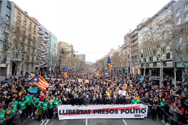 Tisuće prosvjednika u Barceloni protiv Puigdemontova uhićenja