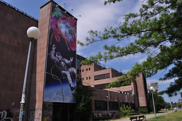 Umjetničko djelo Korine Hunjak na plakatu na pročelju zgrade tvrtke CROZ