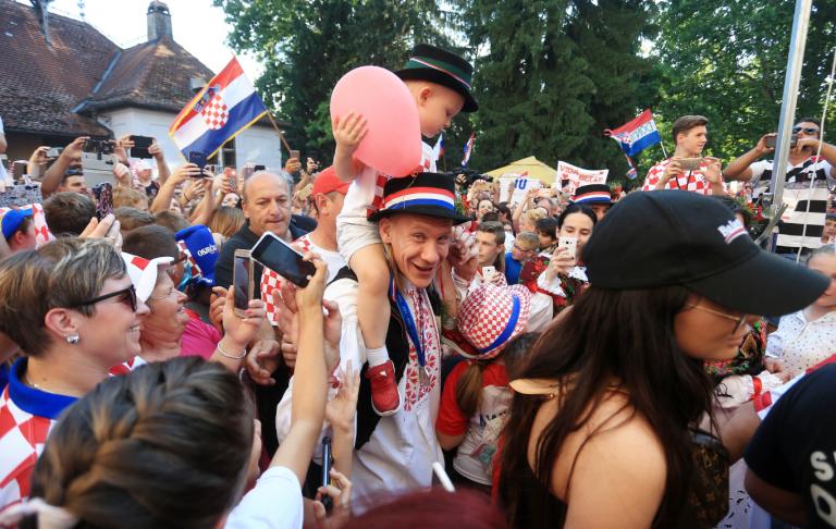 Hrvatski nogometni reprezentativac Domagoj Vida dočekan u središtu svoga Donjeg Miholjca