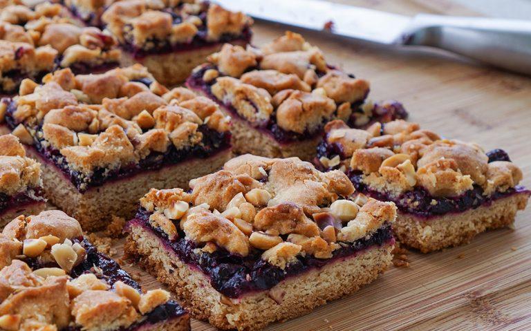 Prhki kolač s borovnicama i lješnjacima