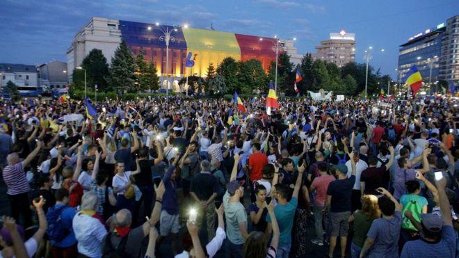 Rumunji iz Europe masovno se vraćaju kako bi pomogli u velikim prosvjedima protiv Vlade i korumpirane politike
