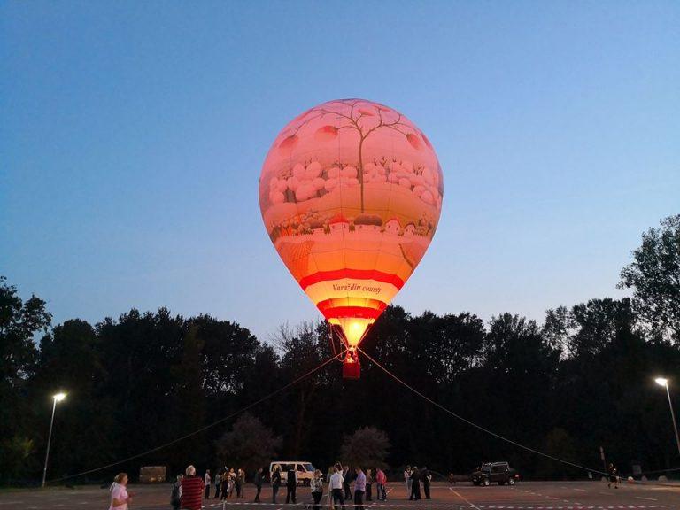 Balon na vrući zrak s reprodukcijom Rabuzinove Svečanosti cvijeća
