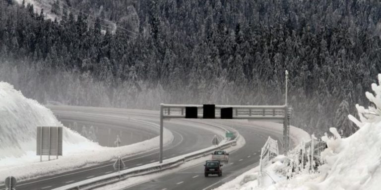 Olujni vjetar i snijeg otežavaju promet