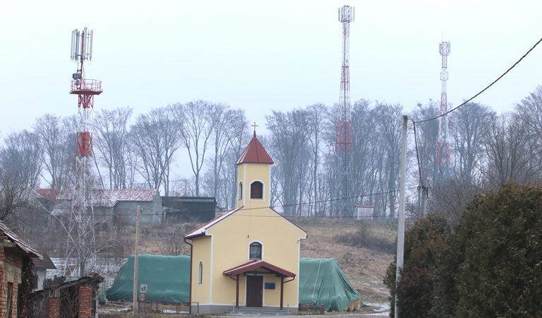 Škola okružena 'šumom' baznih stanica za mobitele –  roditelji zabrinuti za djecu