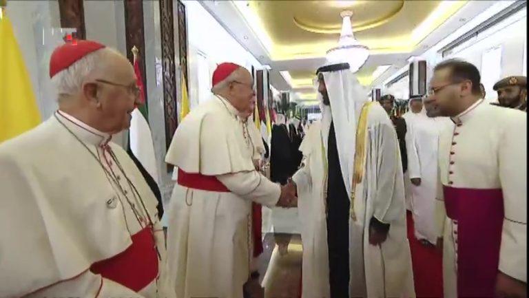 Papa svečano dočekan u Abu Dhabiju