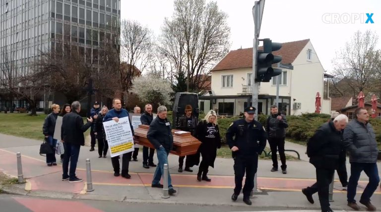 Prosvjed Udruge za zaštitu i pomoć žrtvama hrvatskog pravosuđa