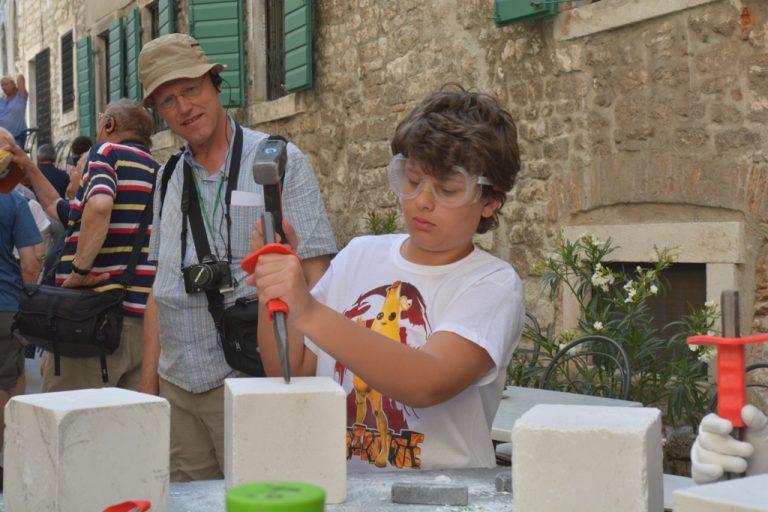 Iako slijep, 13-godišnji dječak Mate rado odlazi na kiparsku radionicu