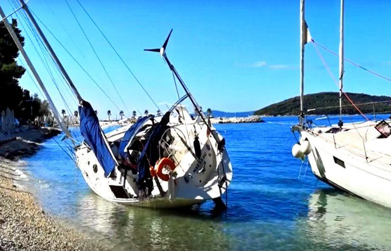 Nevrijeme koje je sinoć pogodilo Split nasukalo dvije jedrilice na plaži Kasjuni