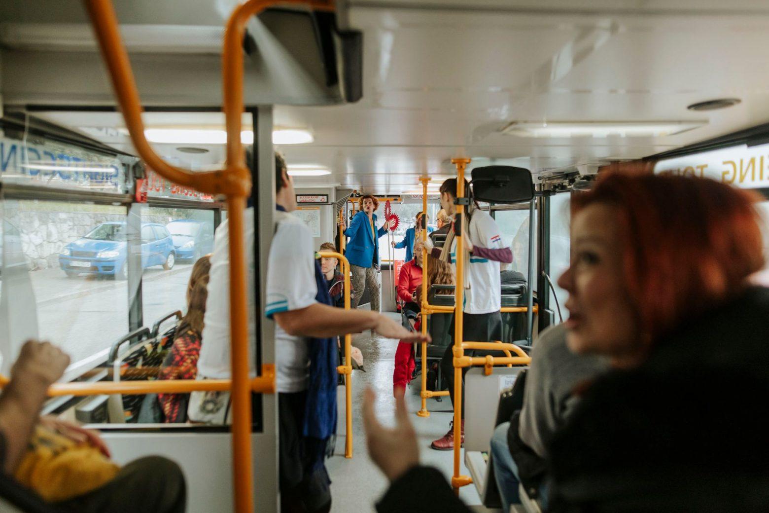 tinejdžeri koji imaju seks u autobusu