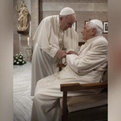 Cijepljeni papa Franjo i papa emeritus Benedikt XVI.